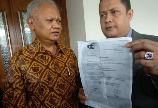 anggar.septiadi-Presdir Meikarta Ketut Budi Wijaya bersama kuasa hukum menunjukan bukti tagihan palsu yang diajukan pemohon PKPU.Meikarta lolos jerat PKPU